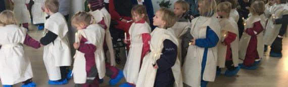 De søde børn fra børnehaven var på besøg med luciaoptog.